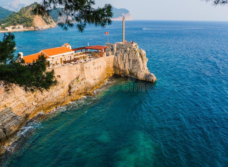 Petrovac小镇美丽的地中海海岸的 库存图片