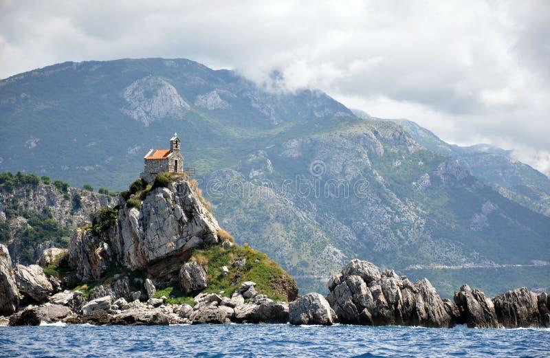 Petrovac en de kerk op het eiland stock afbeelding