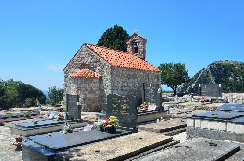 Petrovac, Montenegro, Juni, 22, 2015 Die Kirche des Dormition in der Mitte des Kirchhofs im alten Kloster Gradiste, Montag stockbilder