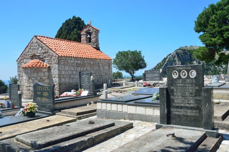 Petrovac, Montenegro, Juni, 22, 2015 Die Kirche des Dormition in der Mitte des Kirchhofs im alten Kloster Gradiste, Montag lizenzfreies stockbild