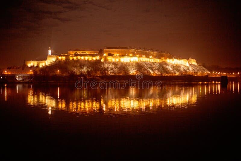 Petrovaradin forteca przy nocą, widok od Novi Sad zdjęcie royalty free