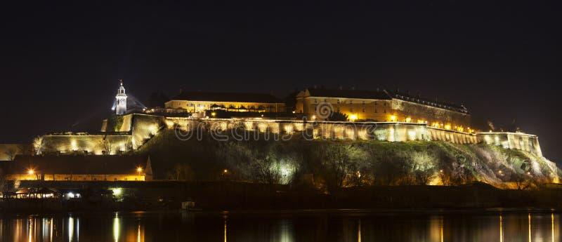 Petrovaradin forteca w Novi Sad przy nocą obrazy stock