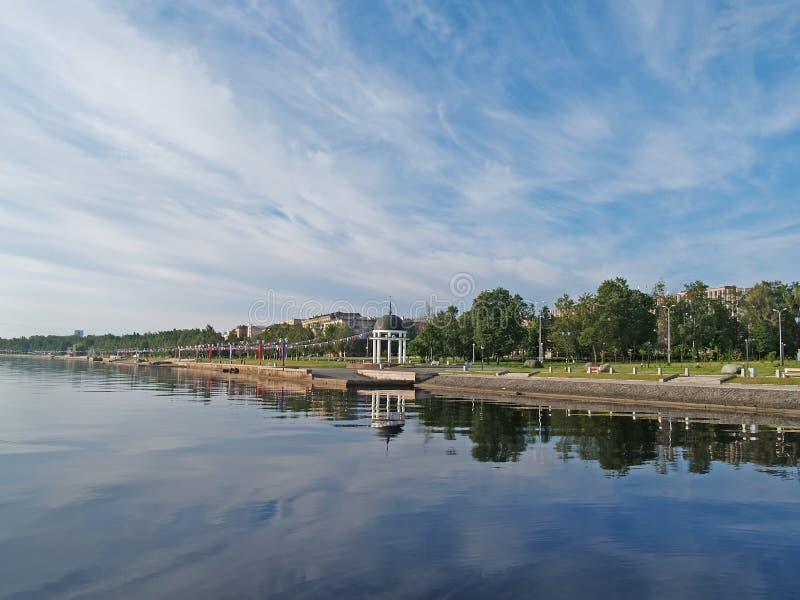 Petrozavodsk De Dijk van meeronega in de zomer royalty-vrije stock fotografie