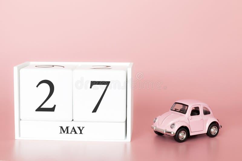 Petrozavodsk, Rusland - April 06, 2019: Close-up houten kubus zevenentwintigste van Mei Dag 27 van kan maand, kalender op een roz royalty-vrije stock foto's
