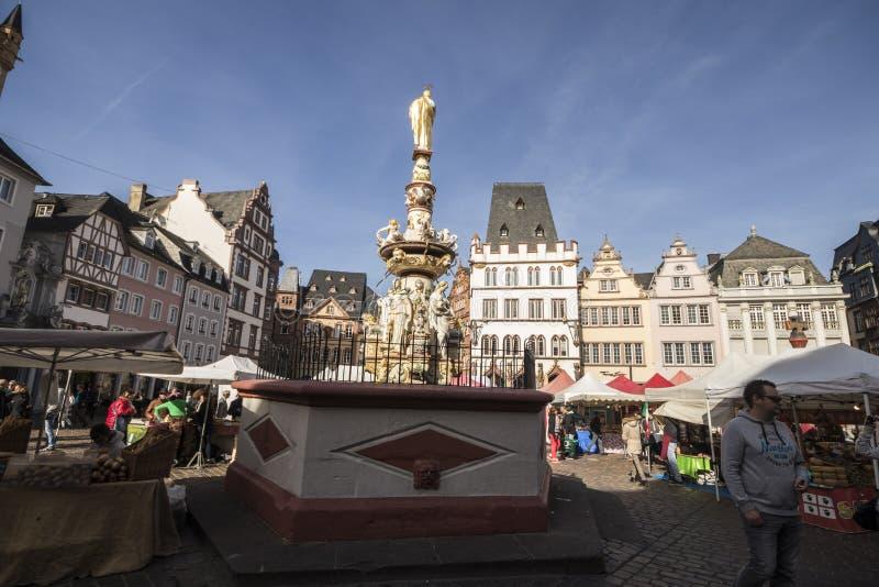 Petrusbrunnen, Trier, Alemania foto de archivo