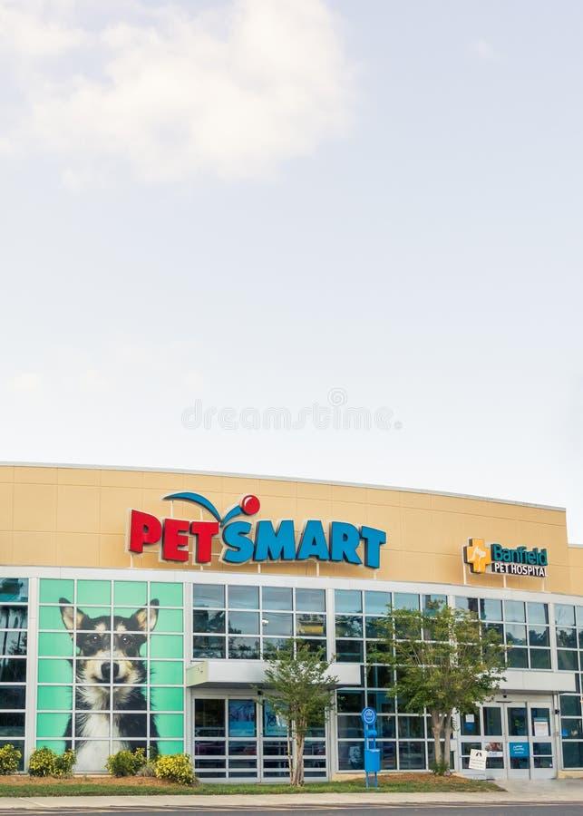 PetSmart и внешняя витрина магазина в солнечной Флориде - широкий взгляд больницы для животных Banfield угла портрета verticale стоковые изображения