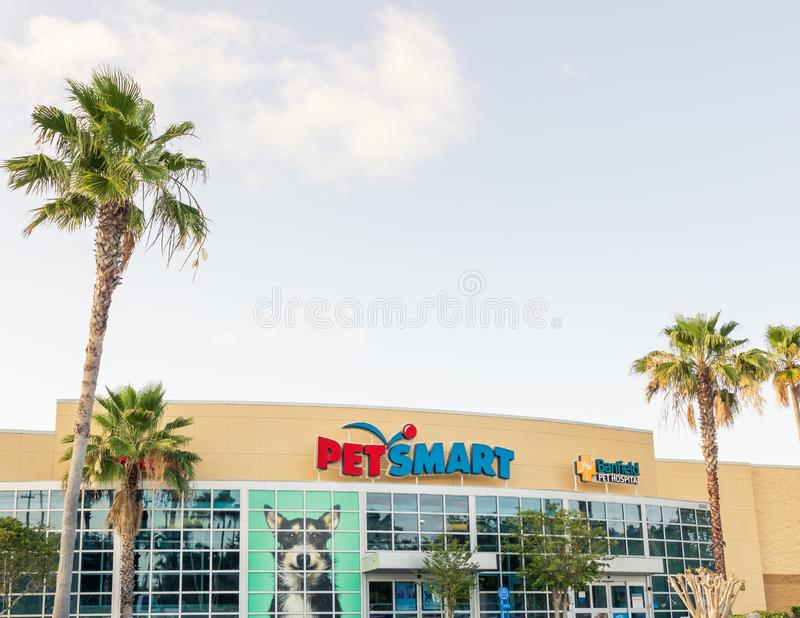PetSmart e montra em Florida ensolarado - opinião do hospital de animais de Banfield de ângulo horizontal larga da paisagem imagem de stock