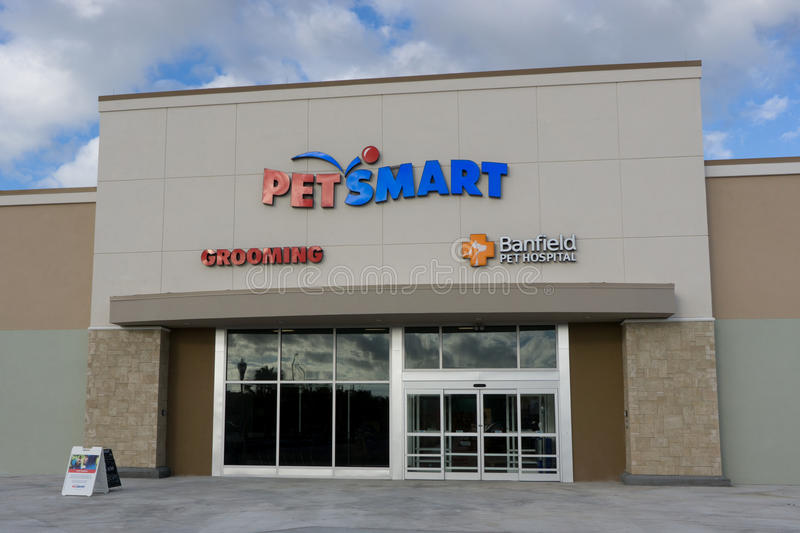 Petsmart Retail Store. JACKSONVILLE BEACH, FLORIDA - OCTOBER 20, 2016: A Petsmart store in Jacksonville Beach. PetSmart is an American retail chain operating in royalty free stock image