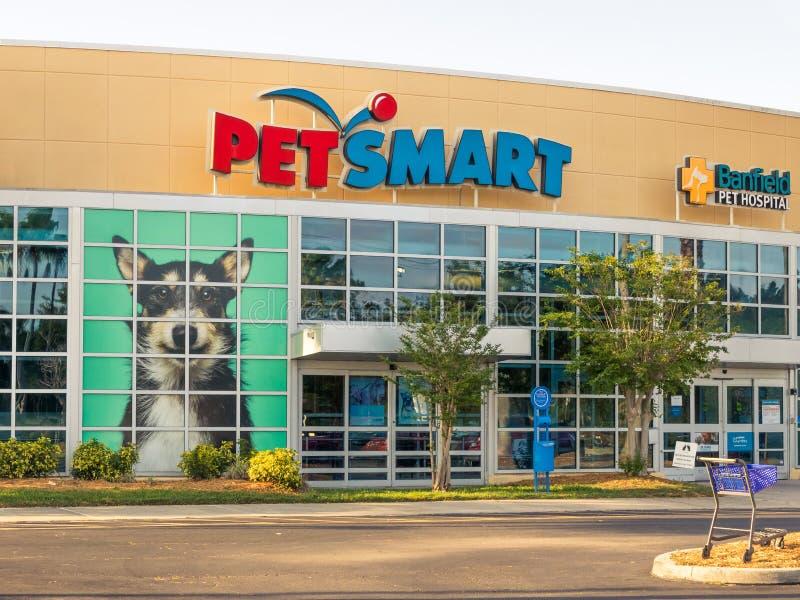 PetSmart y escaparate del hospital veterinario de Banfield en el cierre soleado de la Florida para arriba fotografía de archivo