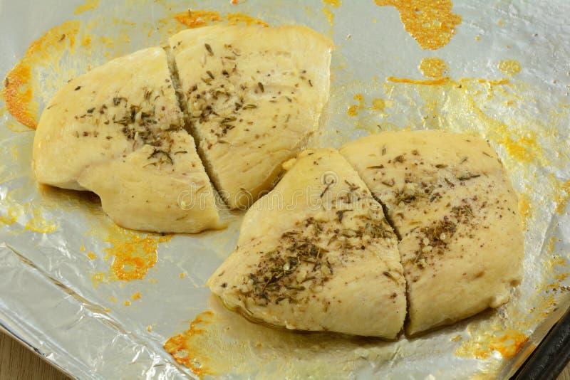 Petti di pollo arrostiti con olio d'oliva immagini stock libere da diritti