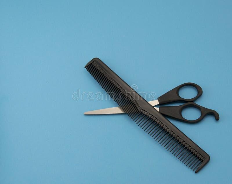 Pettine e forbici immagine stock
