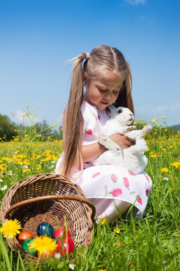 petting di pasqua del bambino del coniglietto fotografia stock