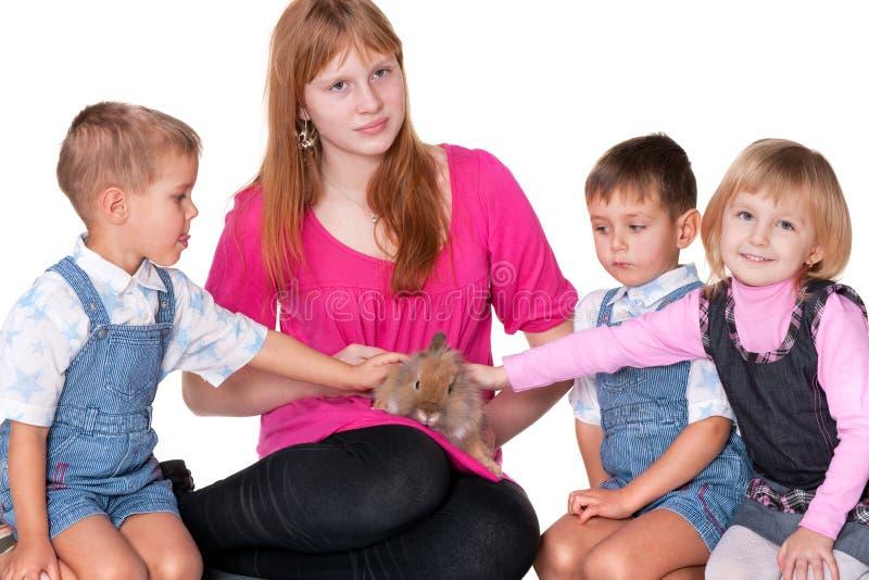 Petting ein Ostern-Kaninchen lizenzfreie stockfotos