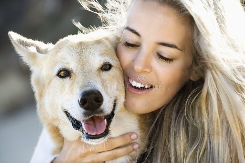 Petting Hund der Frau. stockfoto
