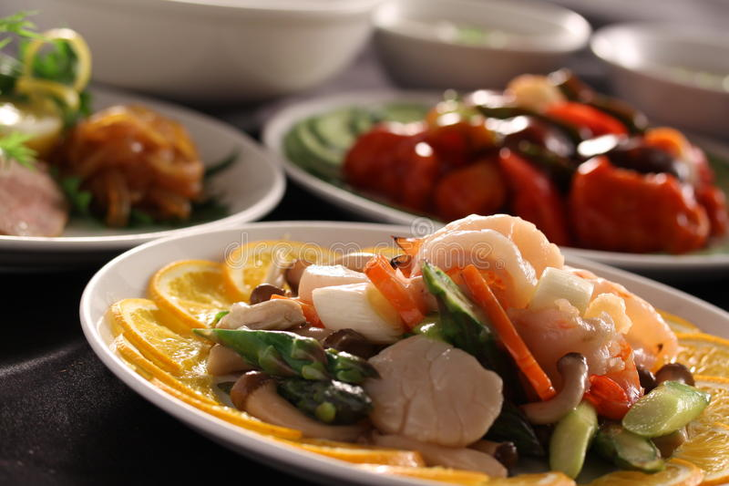 Pettini sauteed con il limone, il fungo e la carota sul piatto bianco immagini stock libere da diritti
