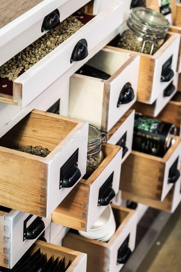Petto di legno con i cassetti aperti nella caffetteria fotografia stock