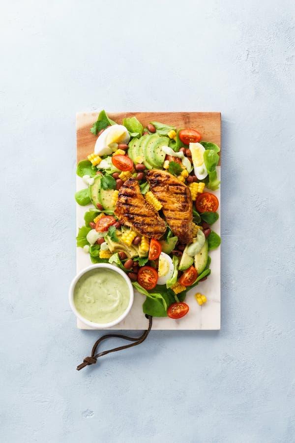 Petto di pollo arrostito ed insalata di verdure con il condimento del ranch immagine stock