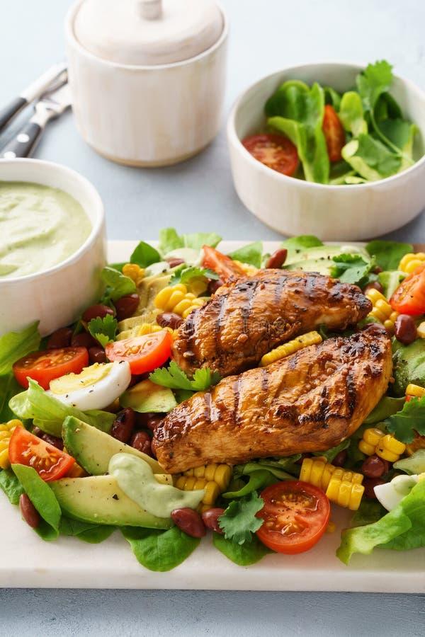 Petto di pollo arrostito ed insalata di verdure con il condimento del ranch fotografia stock