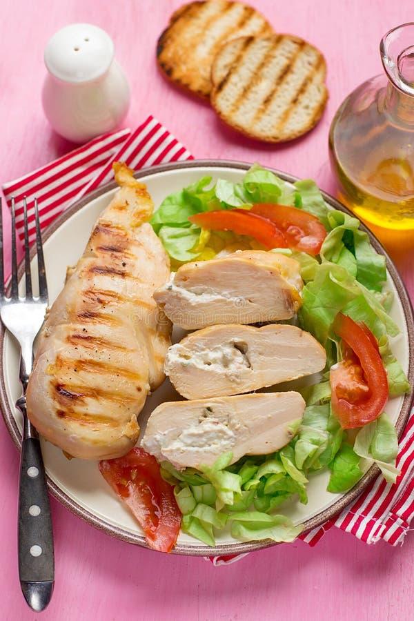Petto di pollo arrostito leggero sano farcito con formaggio cremoso immagini stock
