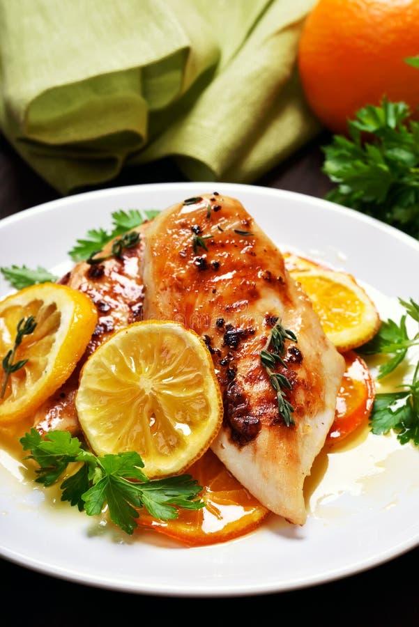 Petto di pollo arrostito in salsa arancio fotografia stock libera da diritti