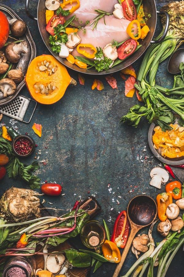 Petto di pollo con la zucca, il condimento e gli ingredienti organici delle verdure del giardino, cucinanti preparazione su fondo fotografie stock libere da diritti