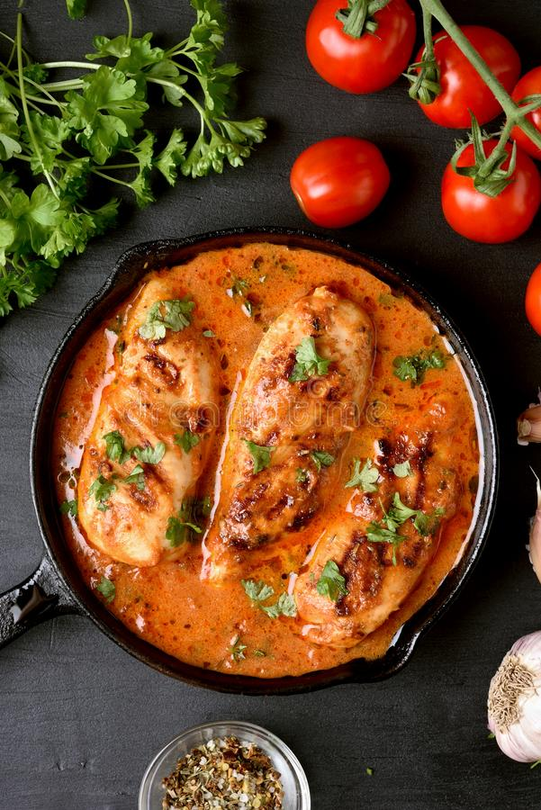 Petto di pollo delizioso con salsa al pomodoro immagini stock libere da diritti