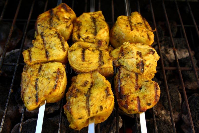 Petto di pollo marinato curry che griglia sugli spiedi del metallo fotografia stock