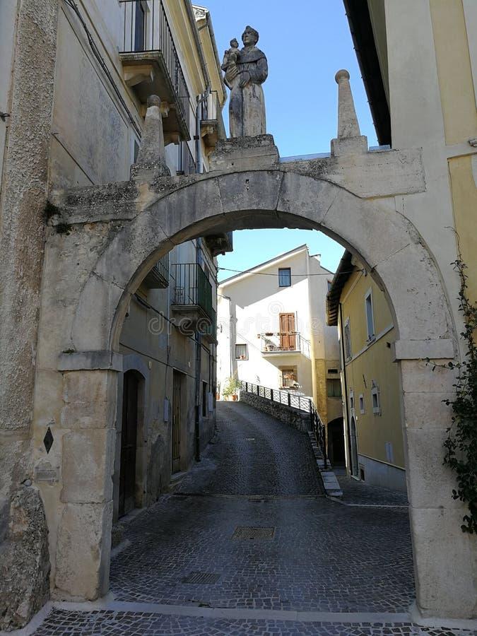 Pettorano sul Gizio - Porta Di San Marco stock foto