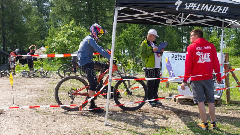 Petzen,奥地利- 6月30 -刻替斯keene enduro mountainbike竟赛者在开始阶段前等待Enduro联赛EWS #4 Pe 3  免版税库存照片