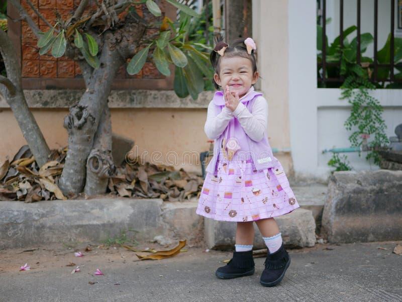 Peu bébé asiatique souriant et étant dans une bonne humeur image stock