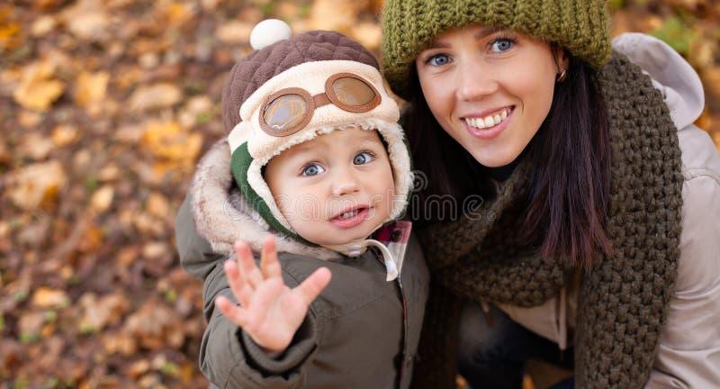 Peu bébé garçon avec sa mère en parc photo libre de droits
