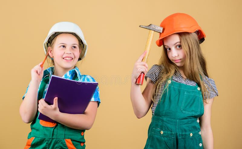 Peu badine dans le casque avec le comprimé et le marteau Enfants heureux Future carrière Inspecteur d'agent de maîtrise réparatio photographie stock libre de droits