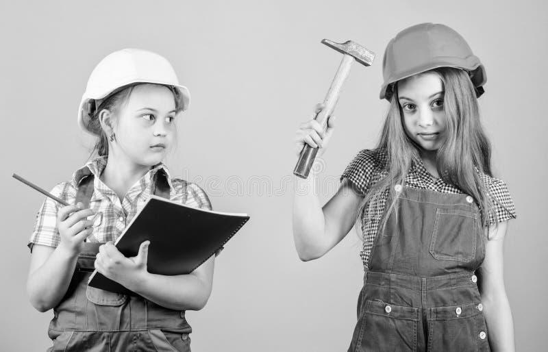 Peu badine dans le casque avec le marteau F?te du travail 1ER MAI Enfants heureux Future carri?re Inspecteur d'agent de ma?trise  photos stock