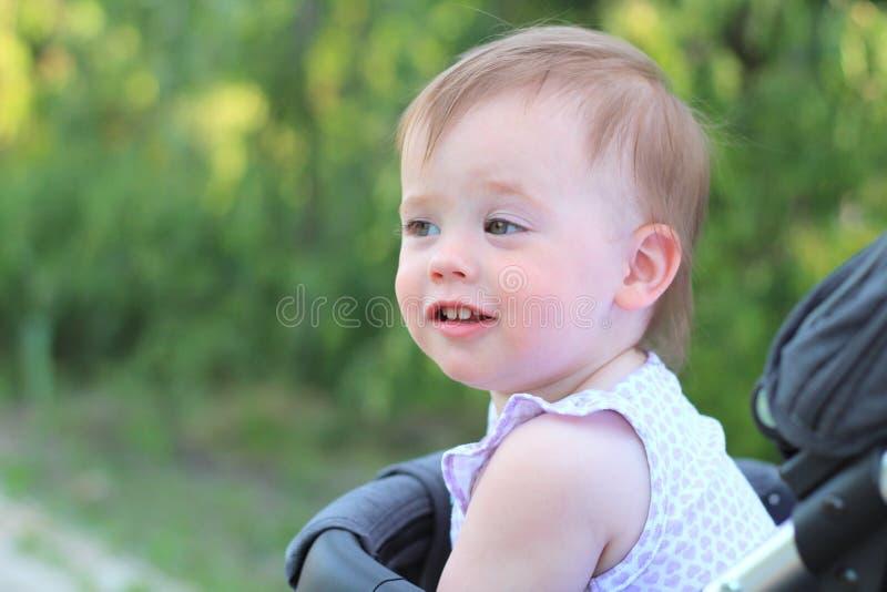 peu, beau, souriant, bébé roux mignon dans des -de-portes d'un landau dans une chemise sans manche photos libres de droits