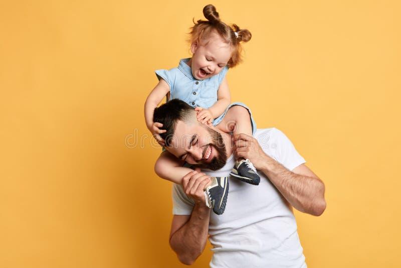 Peu belle fille chatouillant son papa photos libres de droits
