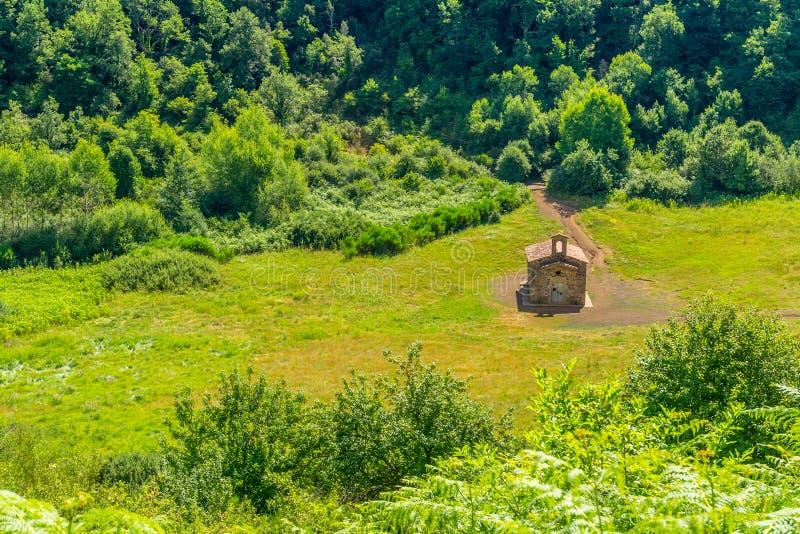 Peu chapelle à l'intérieur du cratère du vieux volcan photos stock