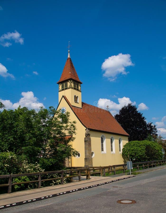 Peu chapelle a appelé Marienkirche dans le village Neuses près de Bamberg photographie stock