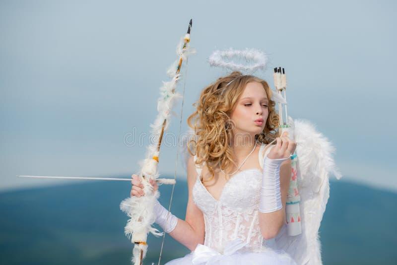Peu déesse avec seules les ailes blanches sur le fond de ciel bleu Cupidon dans le Saint Valentin - concept de Valentine Un enfan image stock