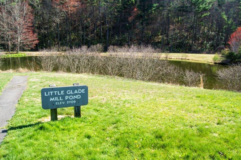 Peu d'étang de moulin de clairière, Ridge Parkway bleu, la Caroline du Nord, Etats-Unis photo libre de droits