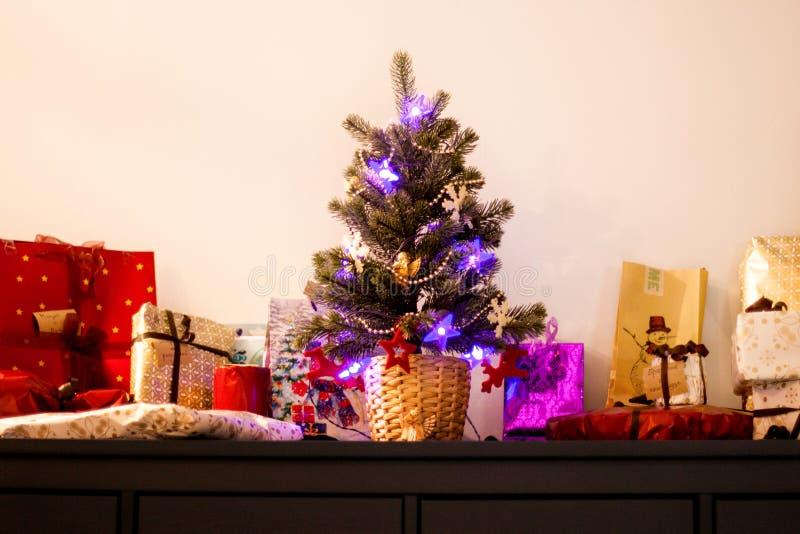 Peu d'arbre de Noël avec des présents photographie stock