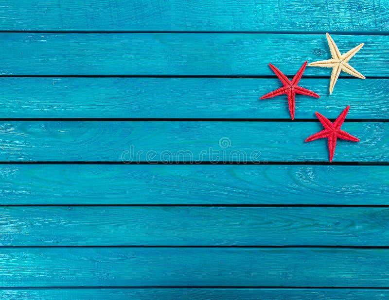 Peu d'articles marins sur un fond en bois photo libre de droits
