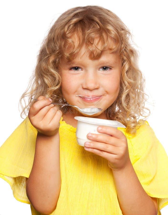 Peu d'enfant mangeant du yaourt Enfant photos libres de droits