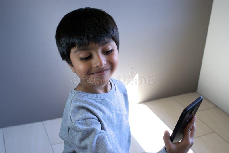 Peu d'enfant prenant le selfie images libres de droits