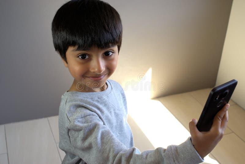 Peu d'enfant prenant le selfie image stock