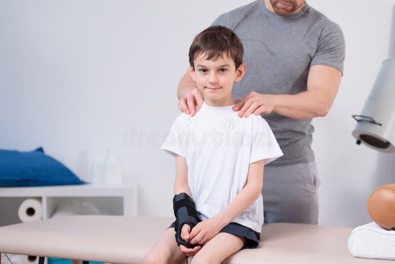 Peu d'enfant rendant visite à un pédiatre image stock