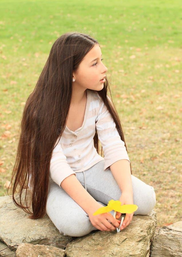 Peu d'enfant - sittin de fille sur des roches photographie stock