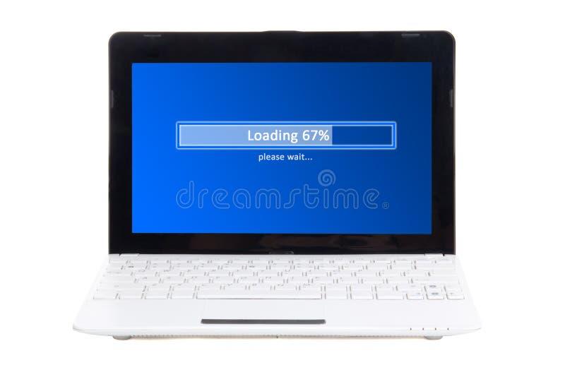Peu d'ordinateur portable avec le panneau de chargement sur l'écran d'isolement sur le blanc photos libres de droits