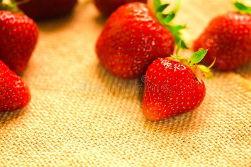 Peu de baies avec les fraises fraîches sur un tissu photographie stock