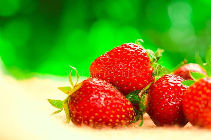 Peu de baies avec les fraises fraîches sur un tissu images libres de droits