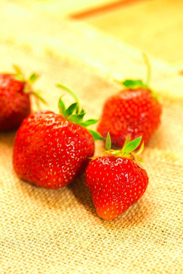 Peu de baies avec les fraises fraîches sur un tissu photographie stock libre de droits